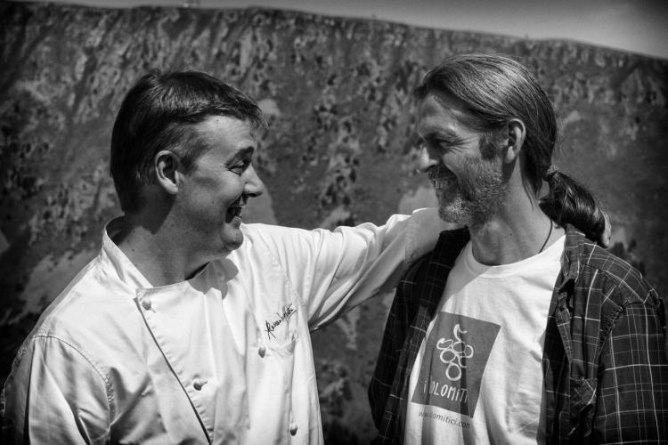 Alessandro Gilmozzi abbraccia Eugenio Rosi e si congratula per il suo vino