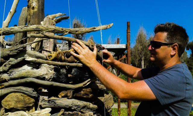 Marco Nones intreccia legni portati dal mare