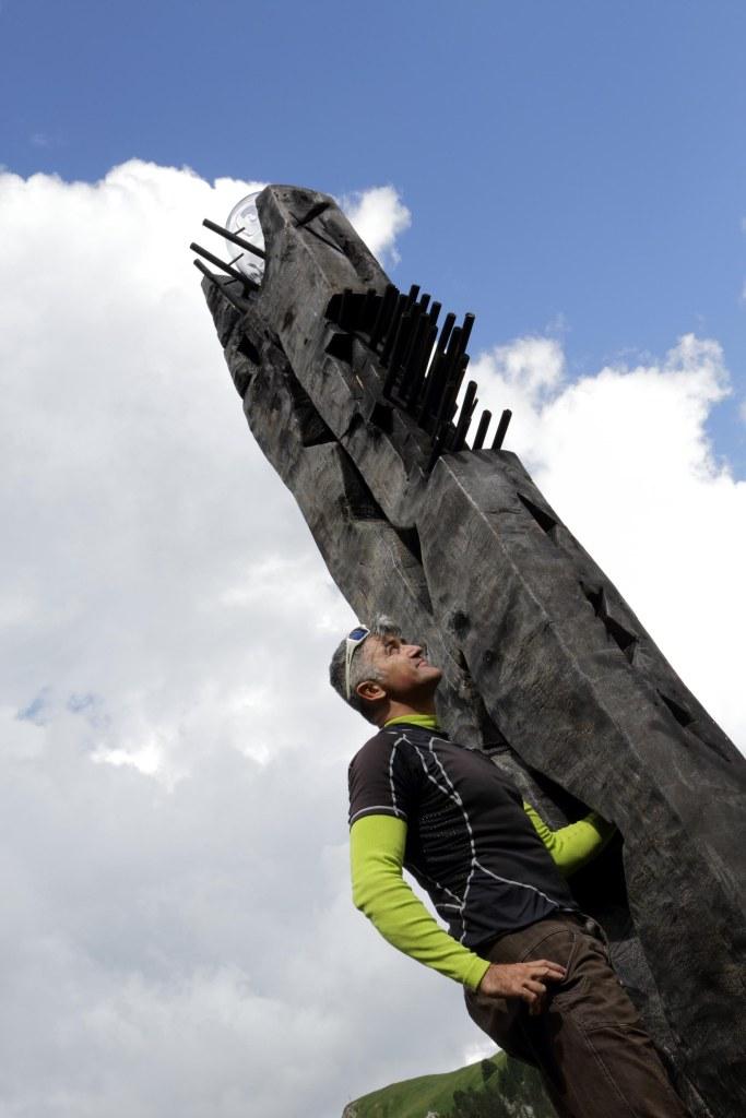 Sandro Scalet con il suo Totem a RESPIRART foto Eugenio Del Pero p